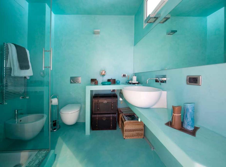 bagno decorato, resina microcemento e rilievo