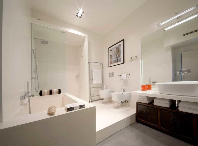 Bagno decorato resina microcemento e rilievo - Microcemento bagno ...